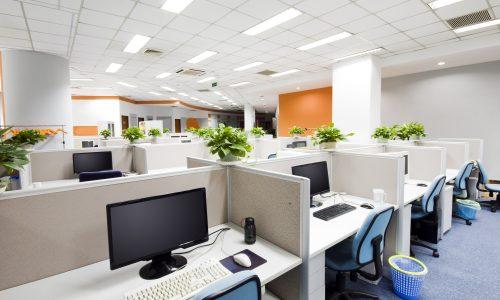 Kantoorgebouw met isolatie tussen werkplekken